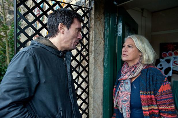 Emmerdale, Cain threatens Joanie, Mon 28 Dec