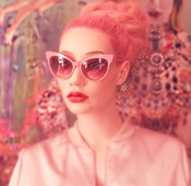 Iggy Azalea shows off new pink hair, 22 December 2015