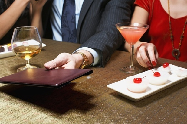 1 in 4 women expect men to pay on the first date.
