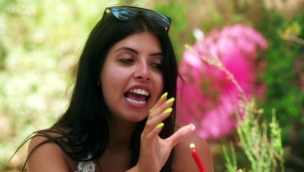Love Island: Cara de la Hoyde yellow nails