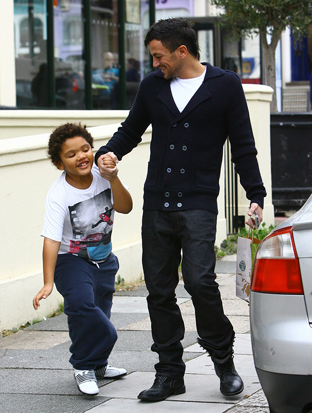 Peter Andre with Harvey leaving Starbucks Hove, England - 03.10.09
