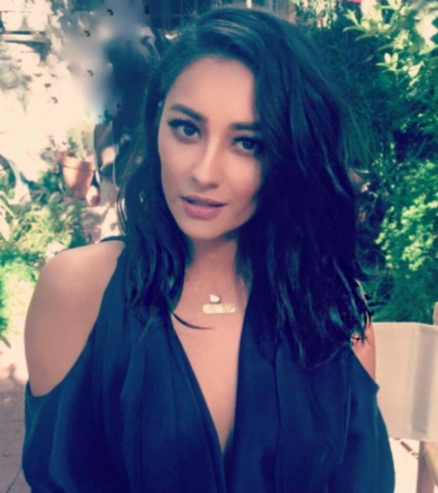 Shay Mitchelle gets new lob haircut, thanks to celebrity hairdresser Chris Appleton, 8 August 2016