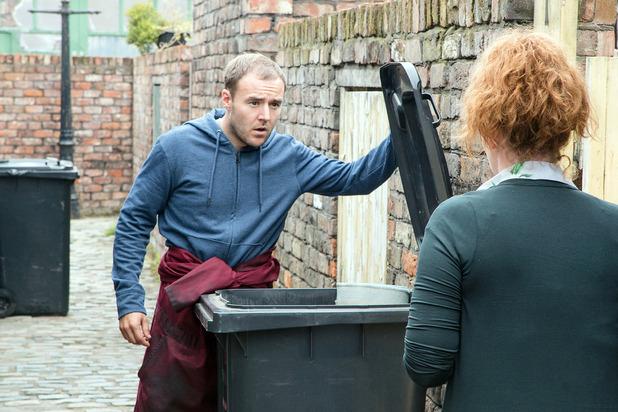 Corrie, Tyrone shows Fiz the bloody rug, Fri 4 Nov