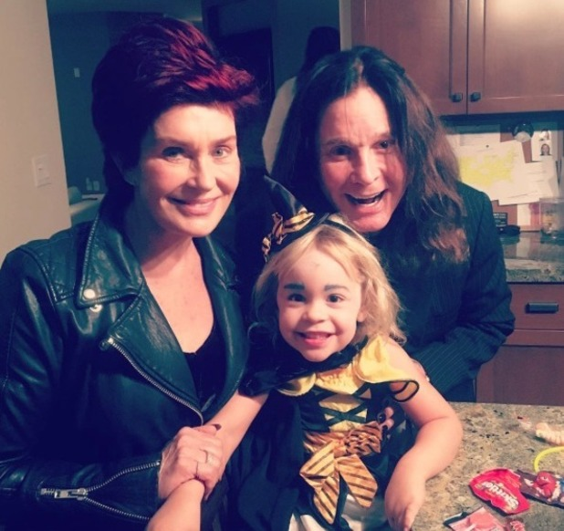Sharon Osbourne flies home to LA to spend Halloween with Ozzy Osbourne and granddaughter Pearl - 1 November 2016